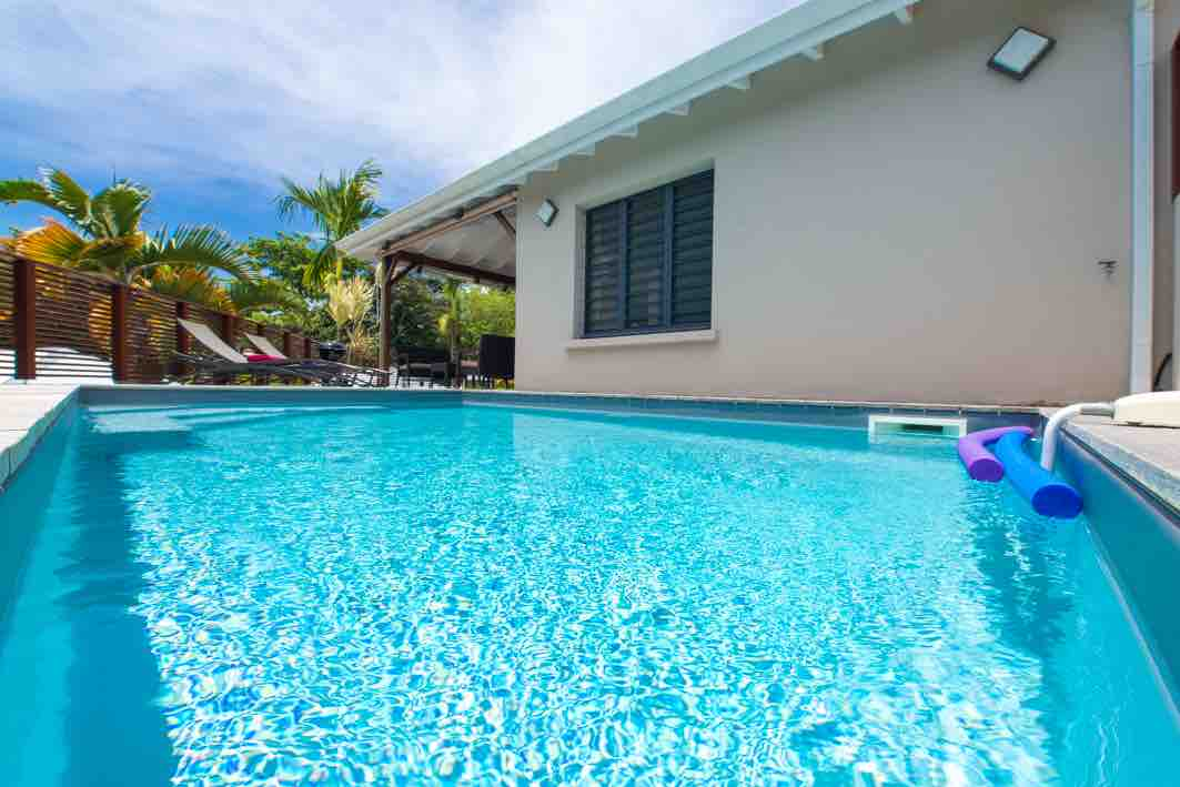 Villa ciel de kaz petit bourg guadeloupe for Constructeur piscine tarif
